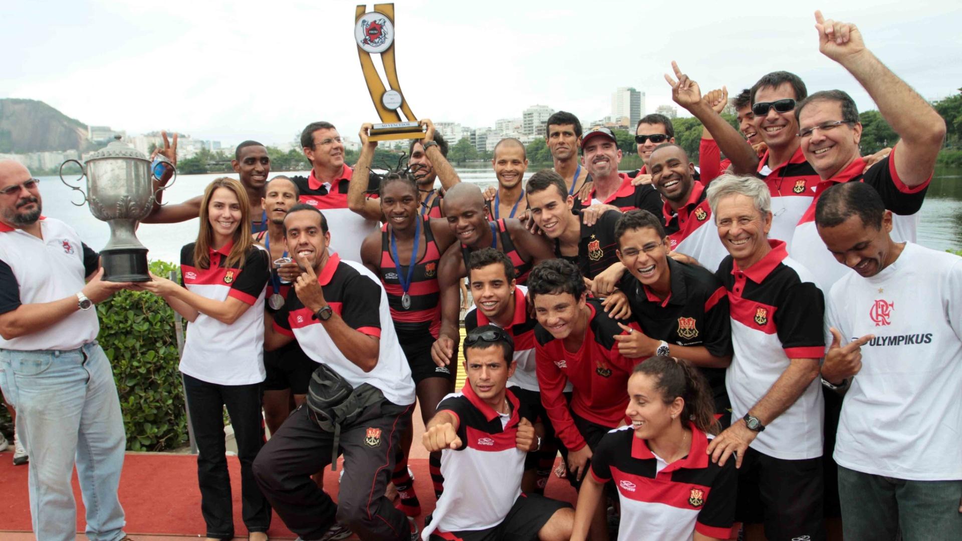 Equipe do Flamengo exibe os troféus conquistados na Regata Estadual de Remo