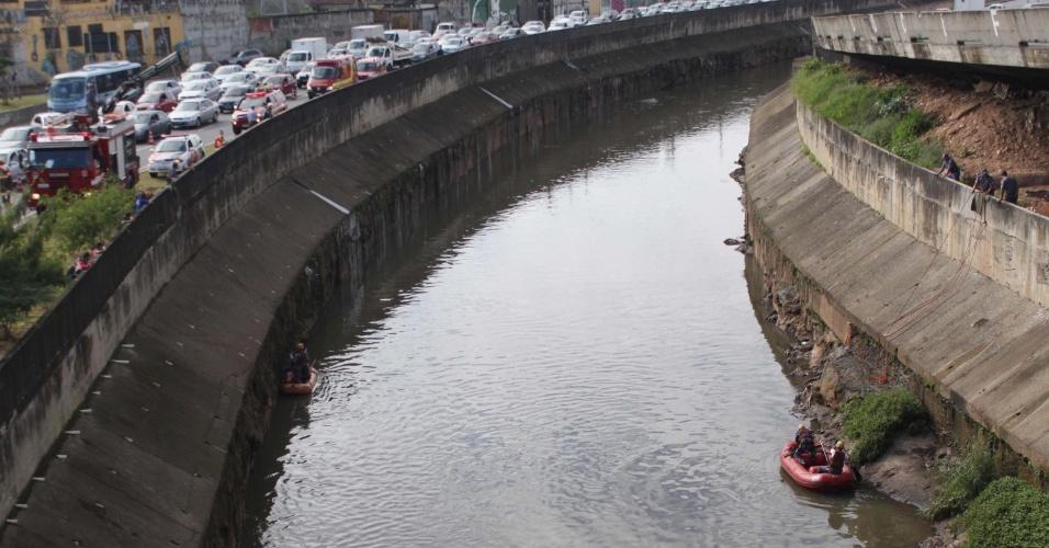 Equipes de resgate buscam homem acusado de roubar um carro, que pulou dentro do rio Tamanduateí nesta segunda-feira (23), para fugir de policiais militares que o perseguiam