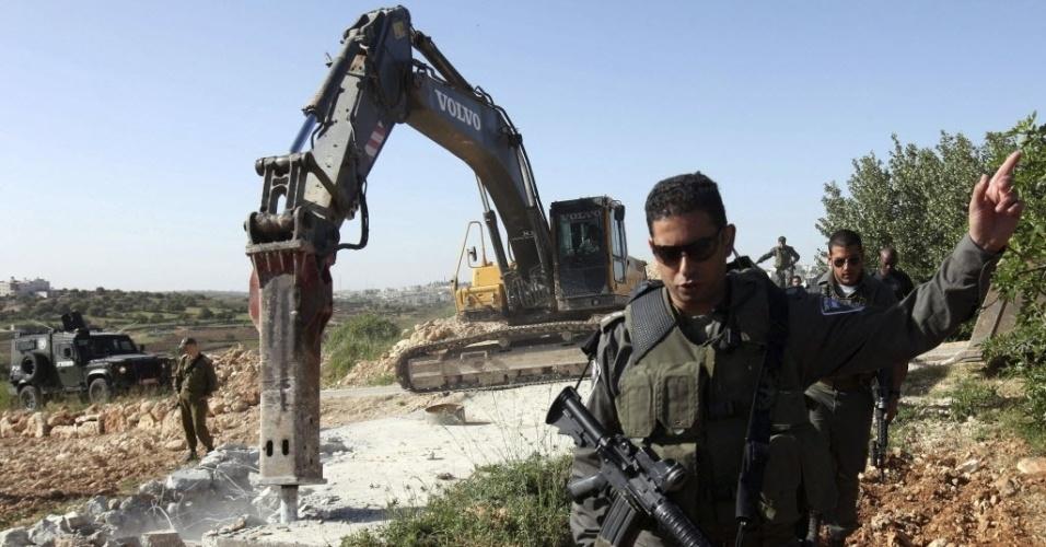 Escavadora destrói poço de água usado por palestinos na periferia de Hebron, na Jordânia