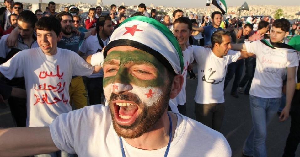 Estudante sírio participa de protesto contra o governo de Bashar al- Assad em frente à embaixada síria, em Amman, Jordânia
