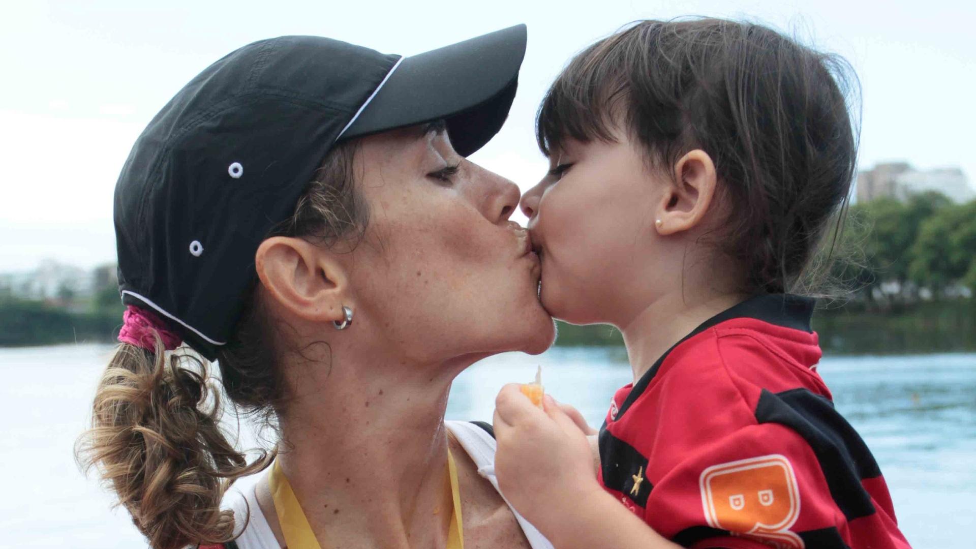 Fabiana Beltrame comemora após vencer a Regata Estadual de Remo na categoria single skiff