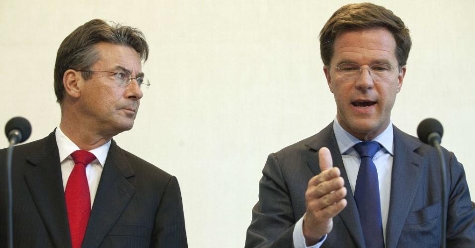 Foto do dia 21 de abril mostra o premiê da Holanda, Mark Rutte (direita) durante coletiva de imprensa em Haia, sede do governo. Segundo a TV holandesa RTL, o político deve apresentar sua renúncia à rainha Beatriz,  após o fiasco de sete semanas de negociações sobre um pacote de medidas de austeridade