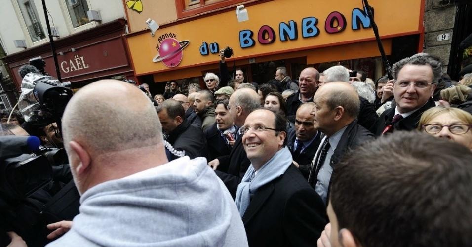 Francois Hollande, candidato do Partido Socialista (PS) cumprimenta eleitores durante campanha eleitoral em Quimper, na França. Hollande obteve 28,6% dos votos no primeiro turno das presidenciais e Sarkozy conquistou 27,1% dos votos