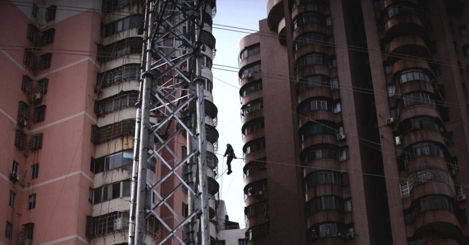 Funcionário faz manutenção em cabo de força em Haikou, província chinesa