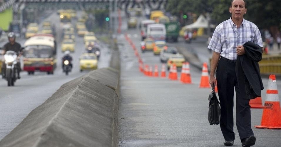 Homem vai para o trabalho a pé no Dia sem Carros em Medelín, na Colômbia. O uso de carros está proibido na cidade nesta segunda-feira (23), uma medida da administração municipal para diminuir os níveis de poluição e estimular o uso do transporte público