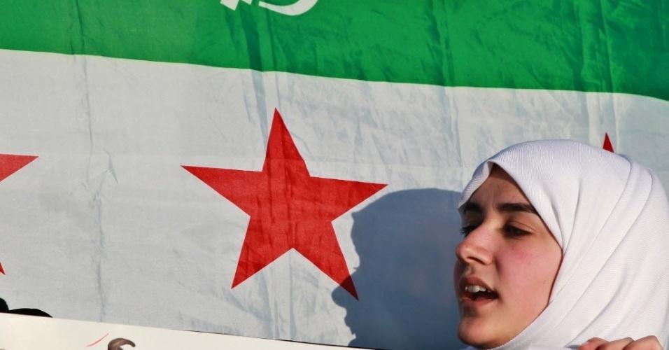Jovem síria adere a protestos contra o presidente da Síria, Bashar al- Assad, em frente à embaixada síria, em Amman, Jordânia