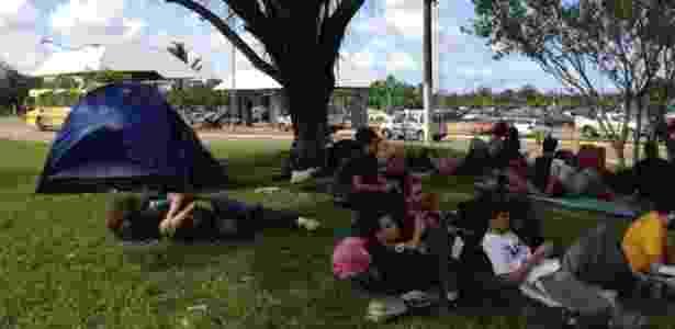 Jovens que foram ao Metal Open Air, no Maranhão, montaram acampamento no aeroporto de São Luís até a manhã desta segunda-feira (23/4/2012) - Marcus Vinícius Brasil/UOL