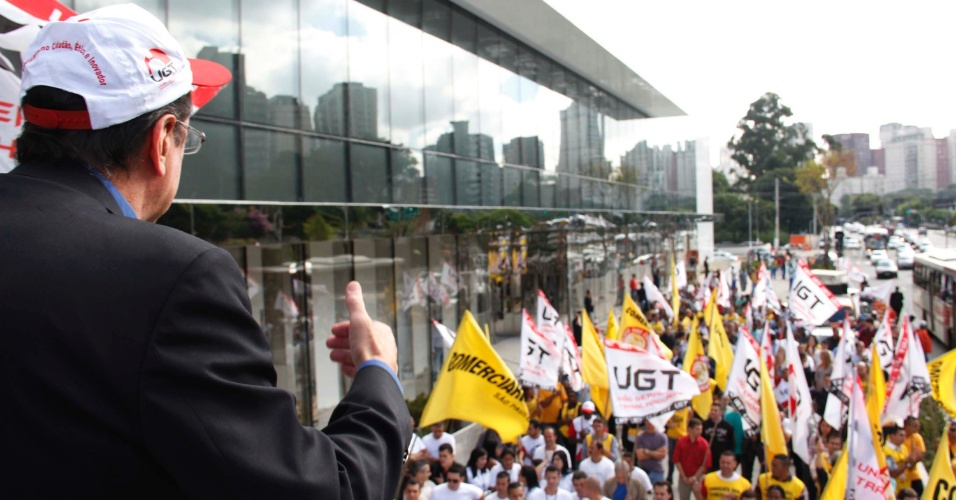 Manifestantes participam de protesto, na manhã desta segunda-feira, pela abertura imediata do novo Shopping JK Iguatemi, na zona sul de São Paulo