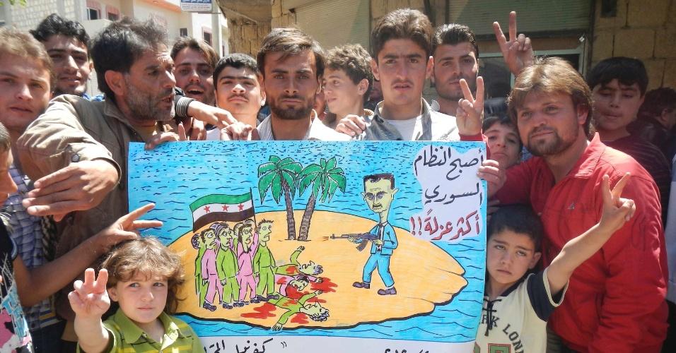 Manifestantes protestam contra o presidente da Síria, Bashar al-Assad, na cidade Síria de Kafranbel