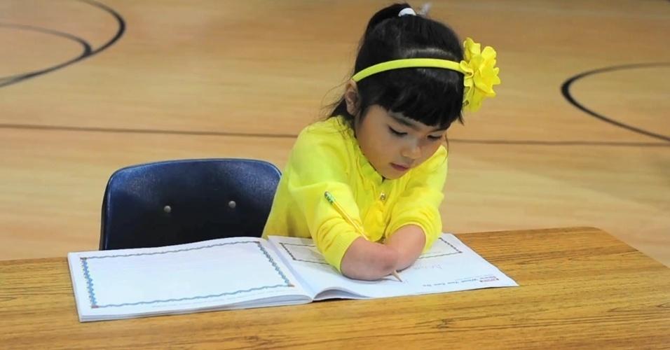 Menina que nasceu sem as mãos ganha concurso de caligrafia nos Estados Unidos