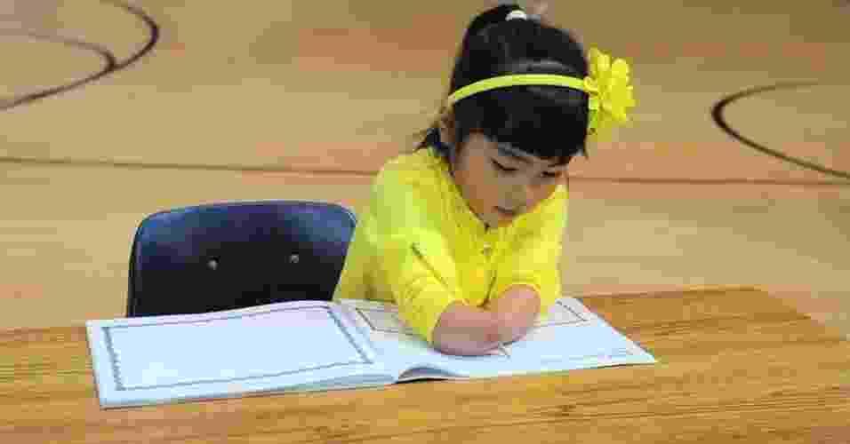 Menina que nasceu sem as mãos ganha concurso de caligrafia nos Estados Unidos - Reprodução