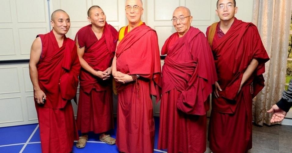 Monges tibetanos posam ao lado de figura de cera do Dalai Lama, durante visita ao museu Madame Tussaud, célebre por suas reproduções de cera de grandes personalidades