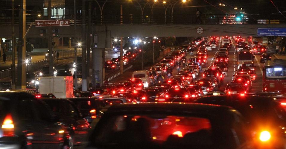 Motoristas enfrentam trânsito intenso na avenida Radial Leste, na cidade de São Paulo