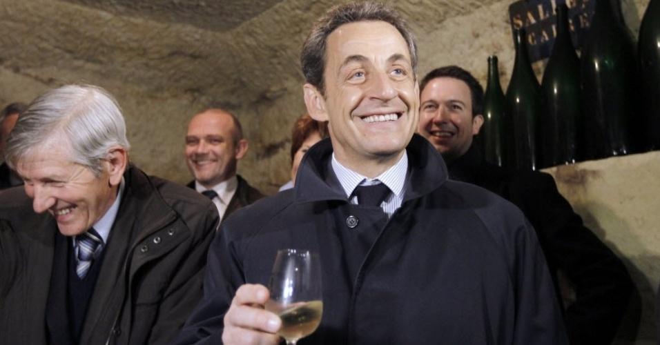 Nicolas Sarkozy, presidente da França e candidato à reeleição, visita vinícula de Daniel Allias (esq.) em Vouvray, França. Nos resultados do primeiro turno das presidenciais francesas