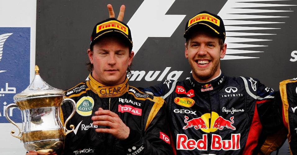 No pódio do GP do Bahrein, o vencedor Sebastian Vettel faz 'chifrinho' em Kimi Räikkönen, segundo colocado (23/04/2012)