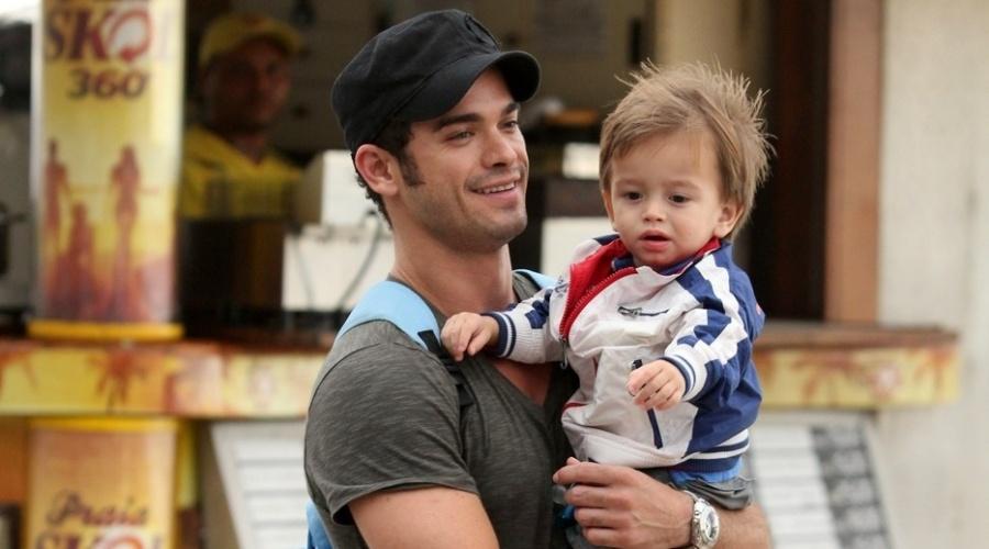 O ator Sidney Sampaio passeia com seu filho Leonardo na praia de Ipanema, zona sul do Rio (23/4/12).
