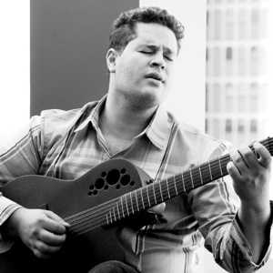 O cantor Pedro Leonardo durante ensaio (22/3/11)  - Divulgação