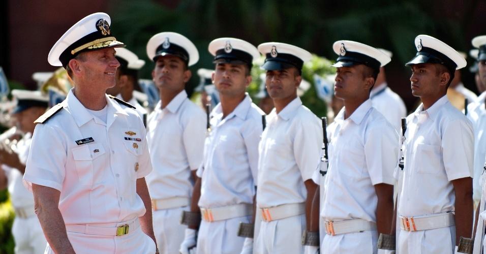O chefe de operações navais dos Estados Unidos, almirante Jonathan Greenert, inspeciona guarda de honra antes de encontro com o chefe da Marinha Indiana, almirante Nirmal Verma, em Nova Déli, na Índia