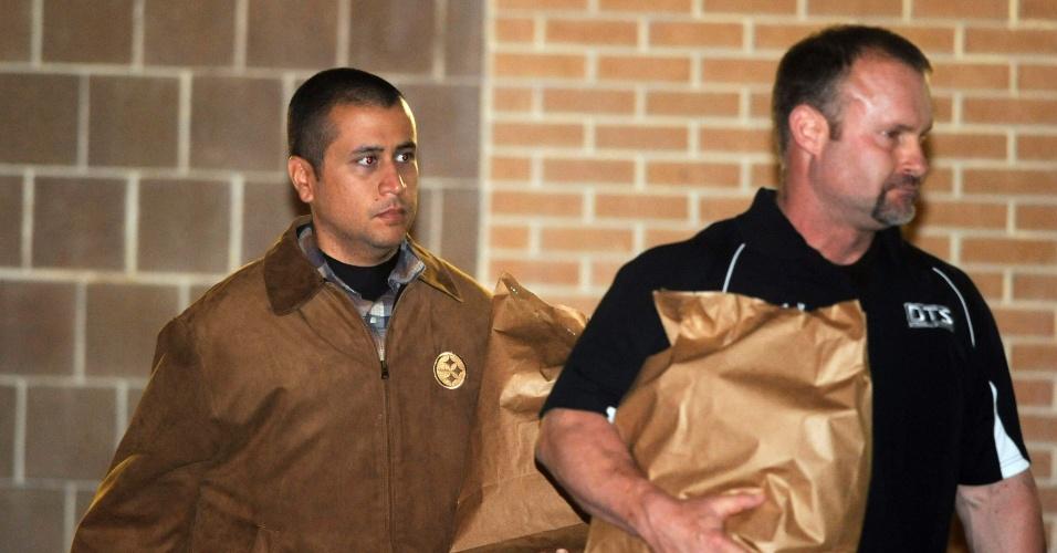 O vigilante voluntário George Zimmerman (esquerda) deixa prisão em Sanford, na Flórida (EUA), após pagar fiança