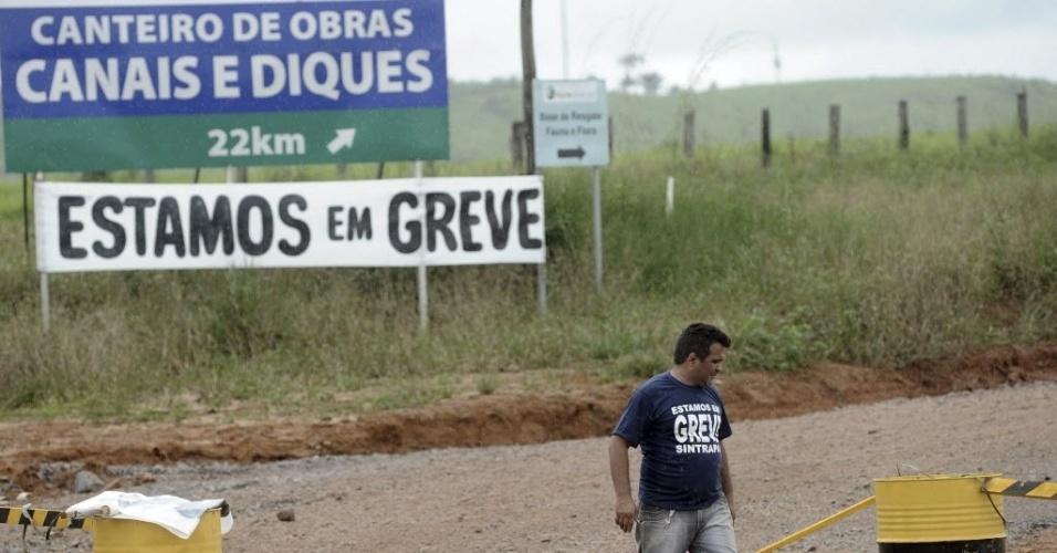 Operário  é visto em entrada de canteiro de obras da usina de Belo Monte no acesso ao Travessão 27, local que liga a rodovia Transamazônica à estrada de terra para os sítios Pimental e Canais e Diques na região do Xingú, no Pará