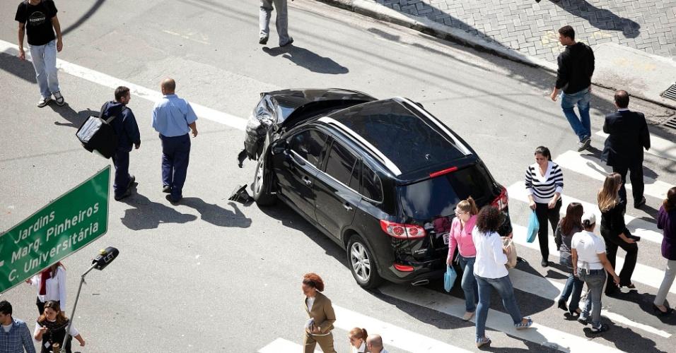 Pedestres desviam de carro envolvido em acidente de trânsito na avenida Faria Lima, zona oeste da capital pauilista, nesta segunda-feira (23)