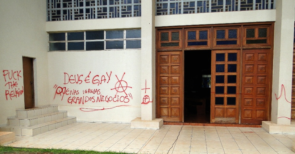 Pichações feitas nas paredes da Matriz da Igreja Católica em Santa Helena, na região Oeste do Paraná. A Polícia Militar prendeu três suspeitos de terem praticado o vandalismo
