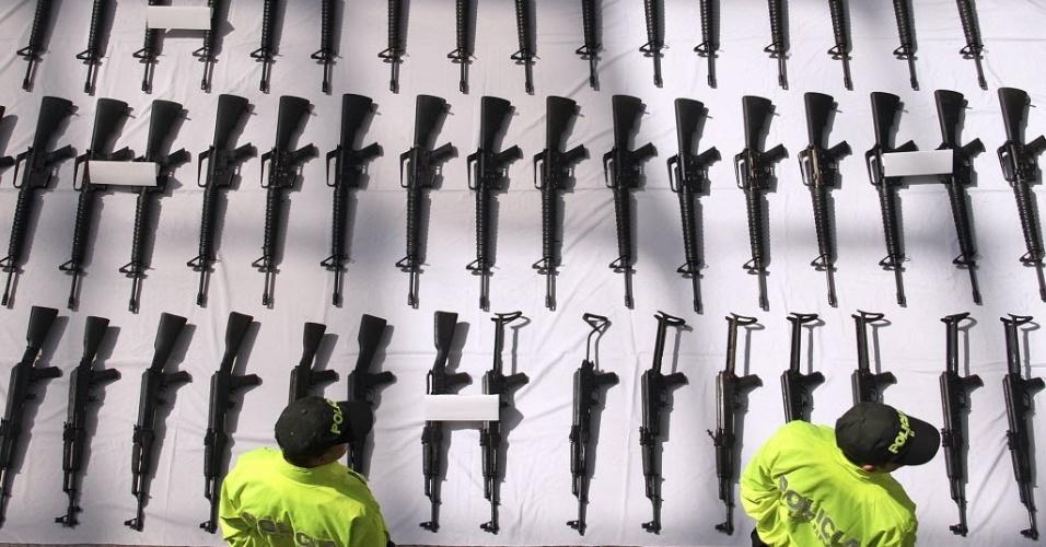 Policiais colombianos observam em Bogotá, Colômbia,  armamentos que seriam destinados aos integrantes das Farc (Forças Armadas Revolucionárias da Colômbia), por meio do grupo de narcotraficantes 'Los Rastrojos', de acordo com o Ministério da Defesa