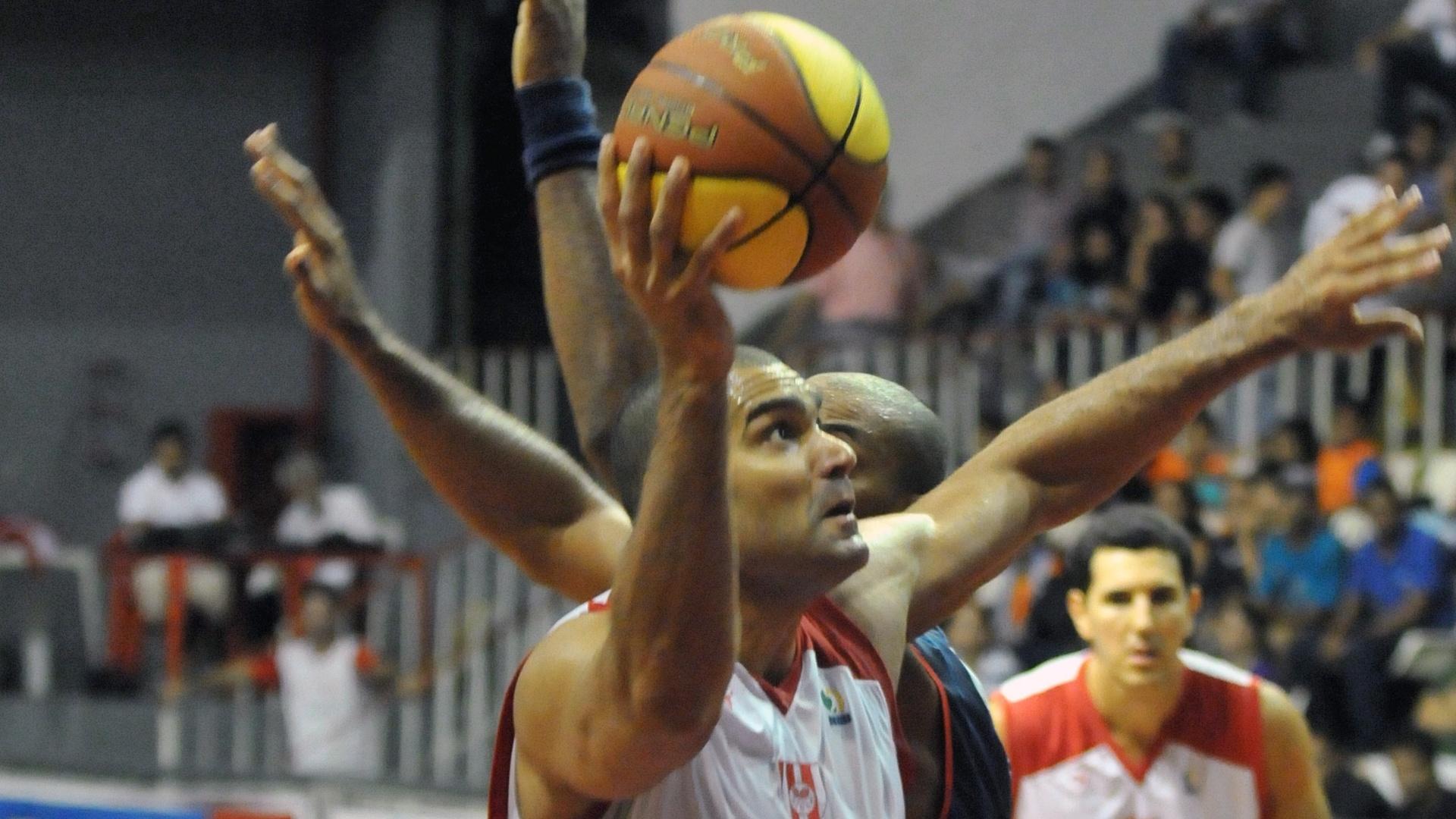 Rodrigo Bahia, do Tijuca, faz a jogada durante a partida contra o Uberlândia