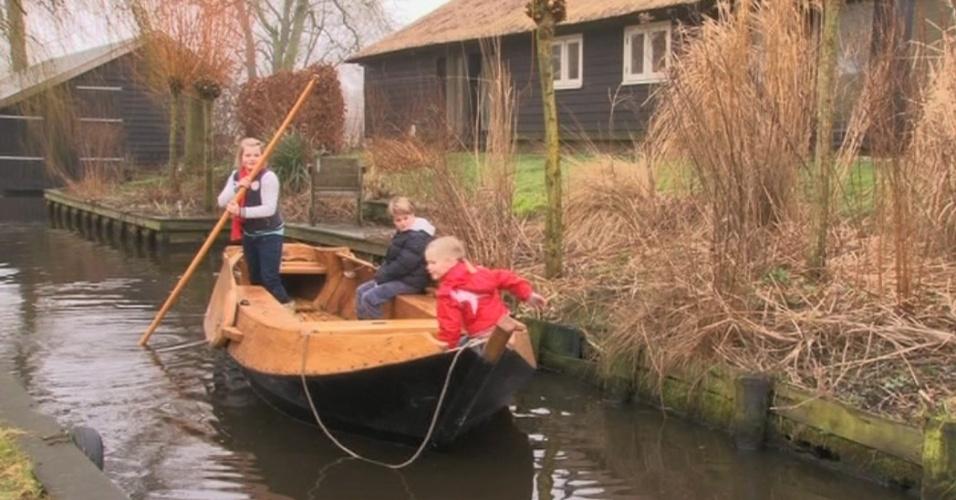 Sem ruas, cidade holandesa de Giethoom se move de barco ou a pé