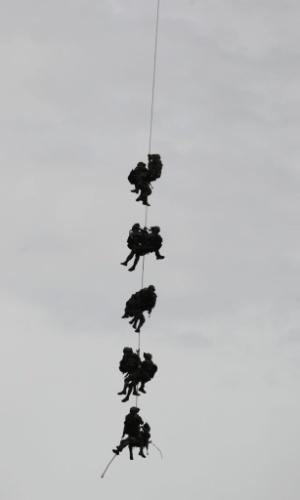 Soldados colombianos descem de helicóptero durante de simulação de resgate, como medida de segurança para a visita do secretário americano de Defesa, Leon Panetta em Bogotá, Colômbia