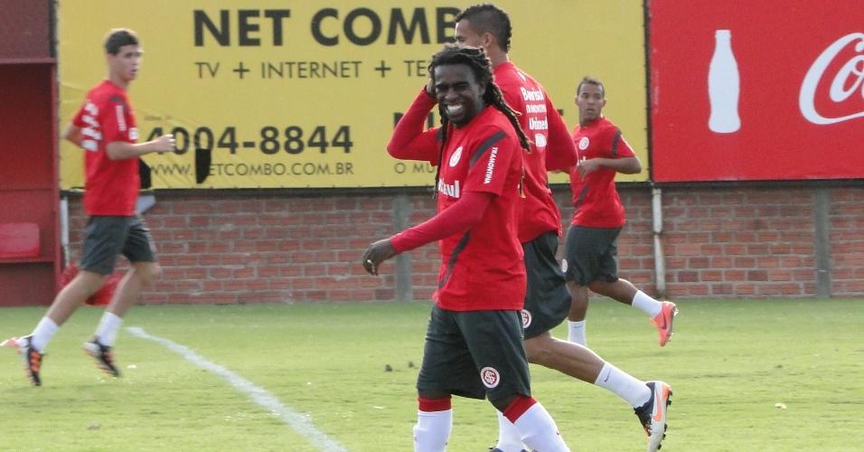 Tinga sorri durante treino do Internacional