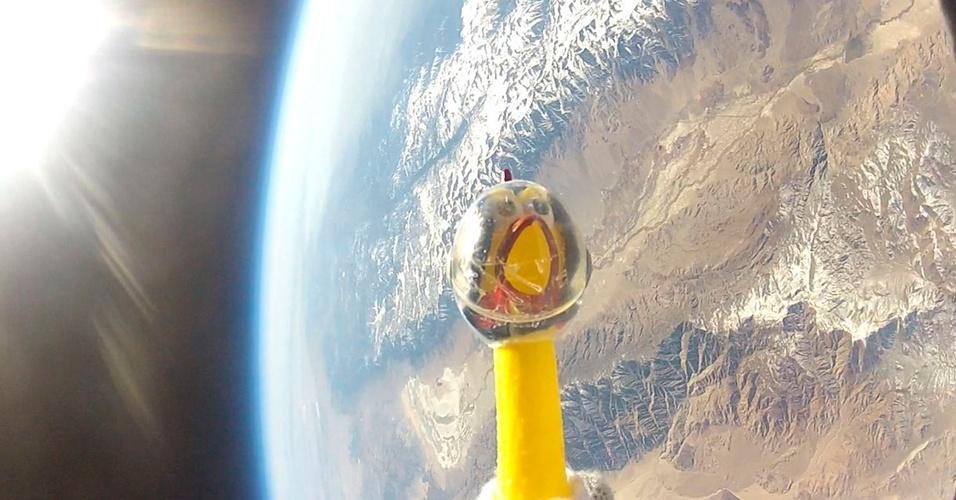 Um grupo de estudantes da Califórnia lançou um balão de hélio com uma galinha de borracha durante a tempestade solar do mês passado para estudar a radiação do Sol