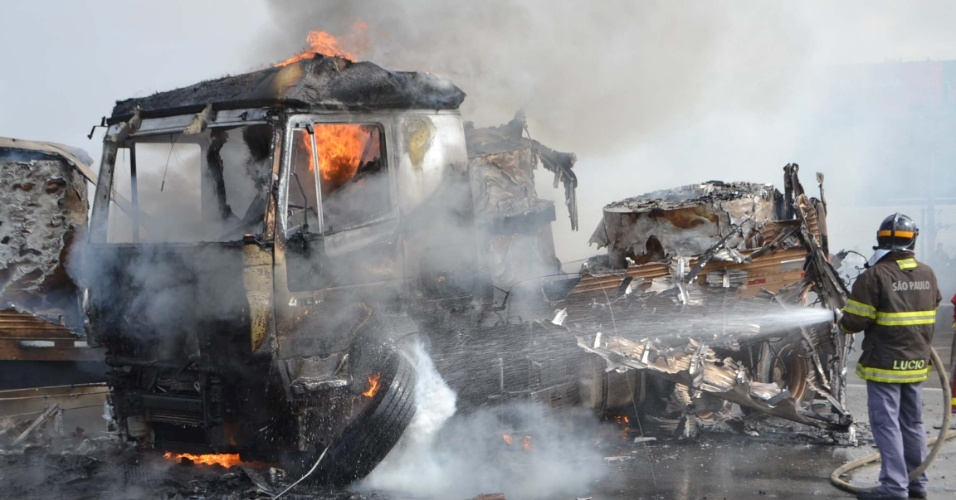 Uma carreta carregada com bobinas plásticas tombou e pegou fogo, interditando a via na altura do Km 212 da rodovia Presidente Dutra, na pista sentido Rio de Janeiro, em Guarulhos (SP)