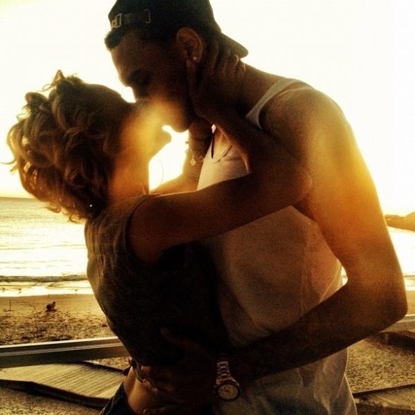 """A namorada do rapper Chris Brown, a modelo vietnamita Karrueche Tran, publicou uma foto dos dois se beijando em seu Twitter e escreveu: """"De pernas para o ar"""" (23/4/12)"""
