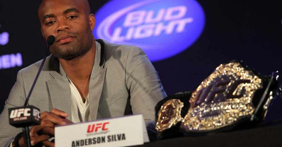Anderson Silva exibiu o cinturão de campeão do peso médio do UFC