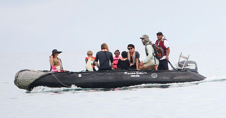 Angelina Jolie (esq.) e Brad Pitt (costas) aproveitaram para descansar na Ilha de Galápagos, no Equador. Angelina e Brad brincaram com os filhos e desfrutaram momentos em família, sempre acompanhados de uma babá e seguranças (23/4/12)