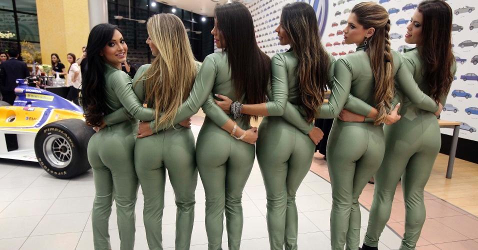 Belas candidatas a gata da Fórmula Indy posam com carro da categoria ao fundo
