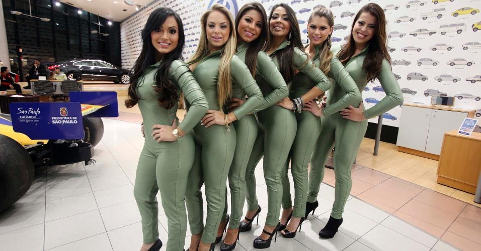 Belas mulheres são concorrentes a gata da Fórmula Indy