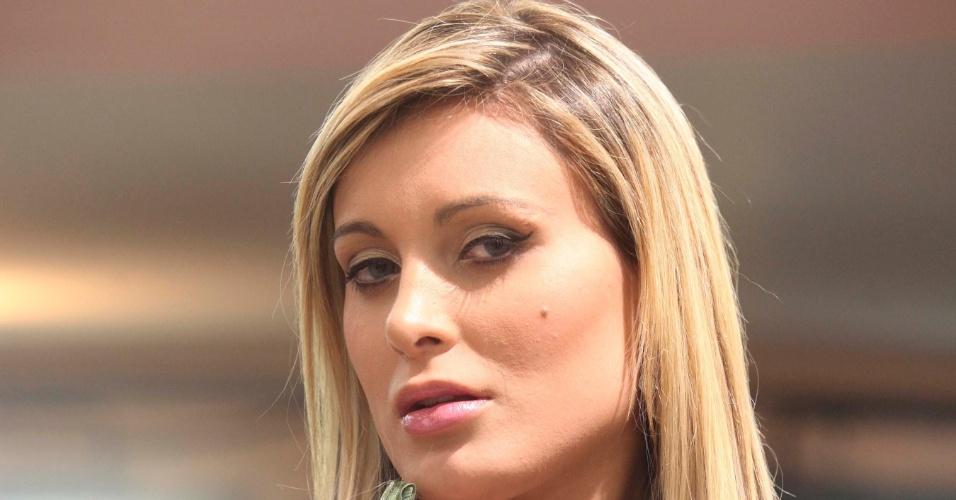 Candidata a gata da Fórmula Indy exibe sua beleza