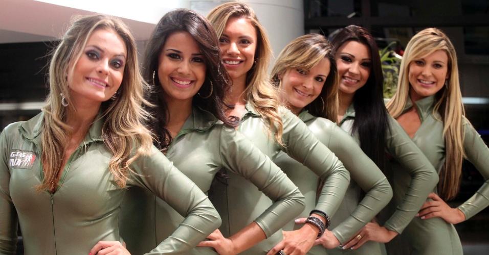 Candidatas a gata da Fórmula Indy sorriem e posam para foto