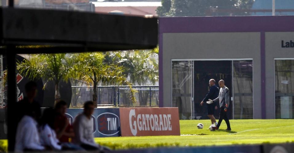 Depois de aquecer com demais goleiros, Julio Cesar segue para treino sozinho no CT do Corinthians
