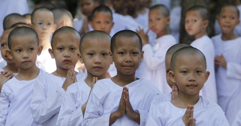 Garotas participam por 20 dias de acampamento de férias em centro de meditação budista em Bancoc, Tailândia