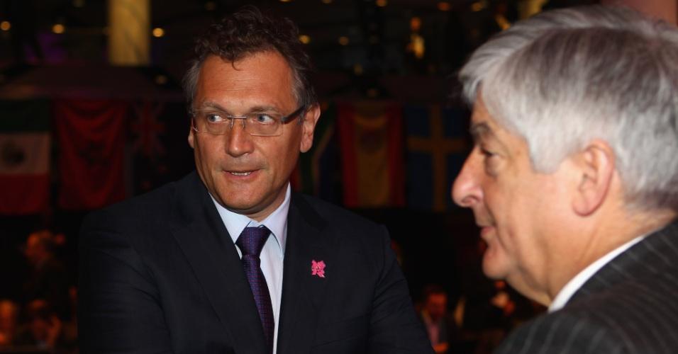 Jérôme Valcke (esq), secretário geral da Fifa, convesa com David Bernstein, da Federação Inglesa, durante o sorteio das chaves do futebol para Londres-2012