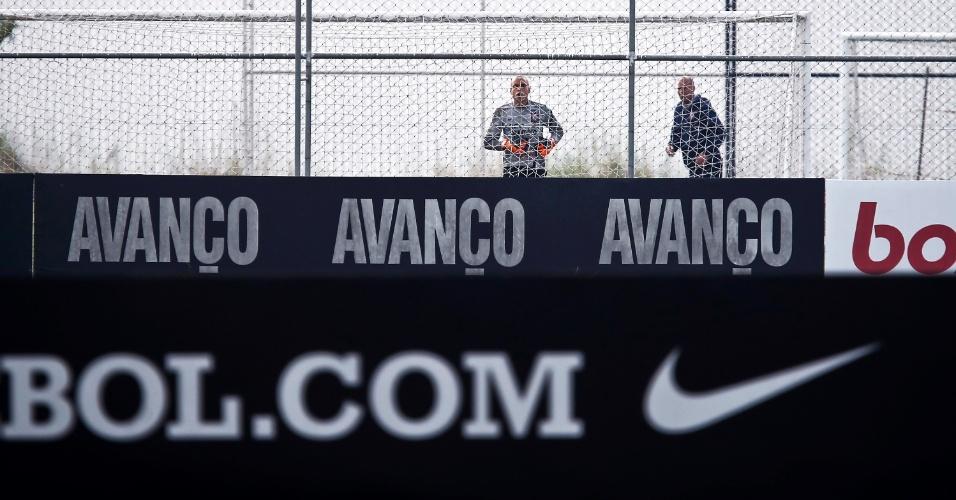 Julio Cesar treina apenas ao lado do preparador de goleiros do Corinthians