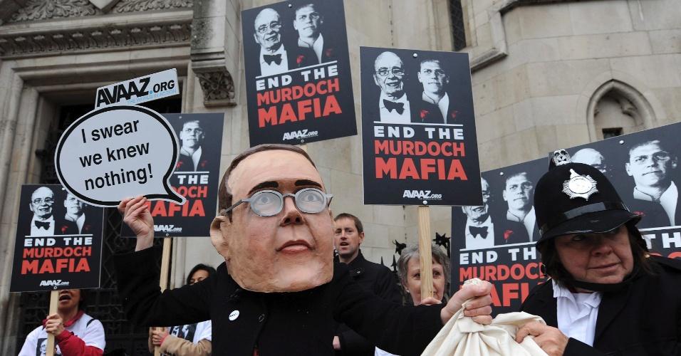 Manifestante usa máscara de James Murdoch, filho de Rubert Murdoch, proprietário do império midiático News Corporation