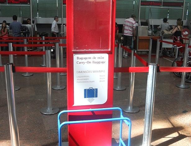 Medidor de bagagem de mão da companhia aérea ajuda o passageiro a saber se sua mala está apta ao embarque. As bagagens que vão junto com o passageiro devem caber no espaço de cor azul