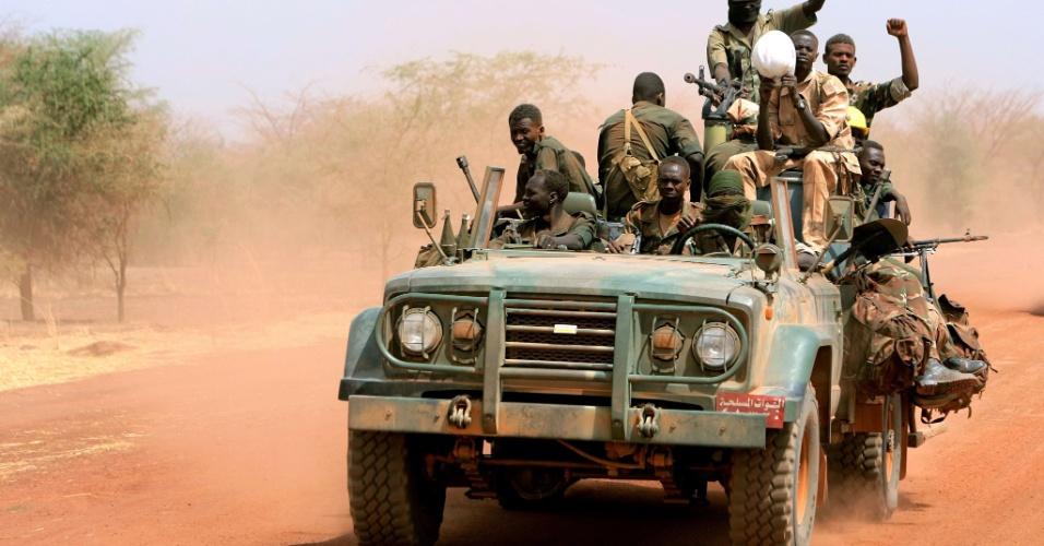 Militares do Sudão se movimentam pela região petrolífera de Heglig, disputada com o Sudão do Sul