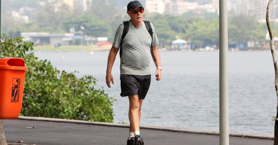 Ney Latorraca caminha na Lagoa Rodrigo de Freitas, na zona sul do Rio (24/4/12)