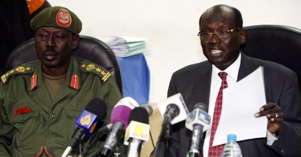 O ministro de Informação do Sudão do Sul, Barnaba Maria (à dir.), e o porta-voz do Exército, Philip Aqoir, concedem coletiva de imprensa em Juba, capital do país, para comentar temas relacionados ao vizinho Sudão