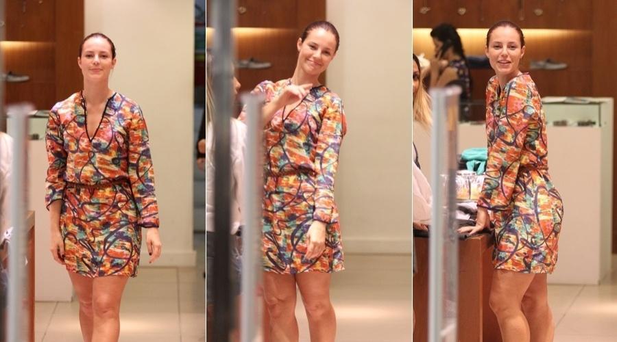 Paola Oliveira faz compras em shopping da zona oeste do Rio (24/4/12)